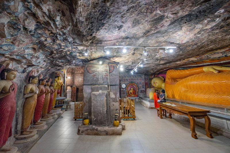 리디 비하라야 동굴 사원 내부의 불상들