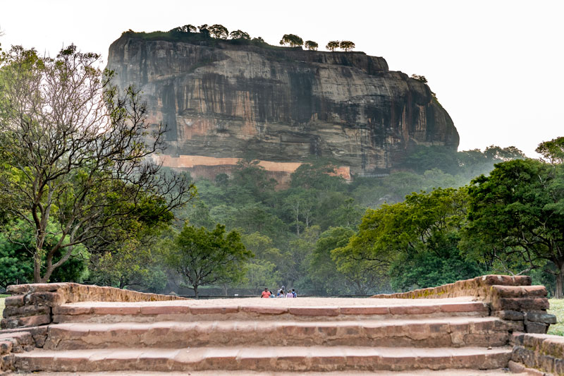 저 바위 위에 왕궁, 수영장, 정원이 있는 요새가 있다