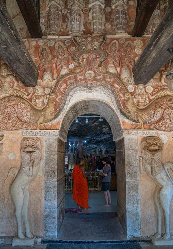 2,200년 동안 더해진 불교 미술의 깊이를 목격할 수 있다