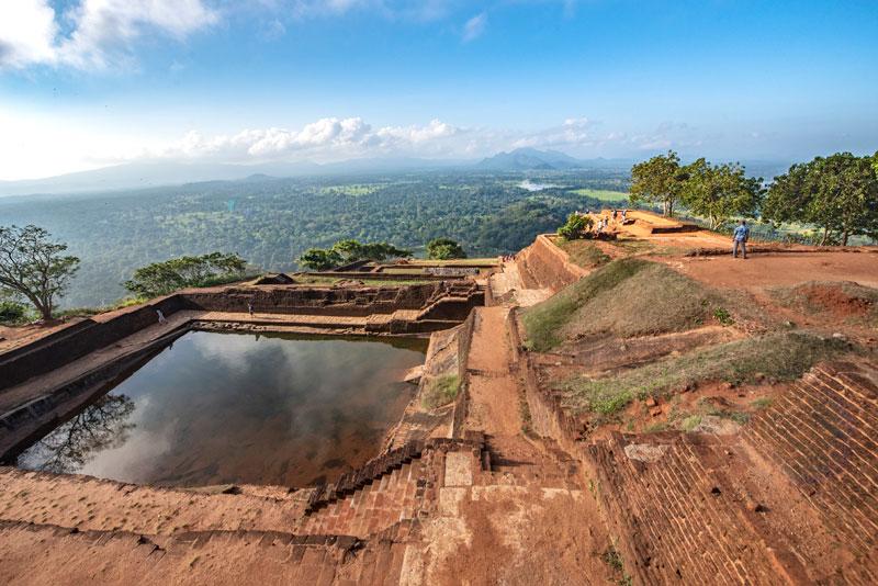 해발 200여 미터에 고립된 채 세워진 바위 요새 시기리야의 수영장은 보고도 믿기지 않는 넓이다