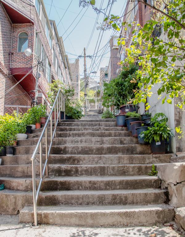 아현동에서 쉽게 볼 수 있는 정겨운 계단길