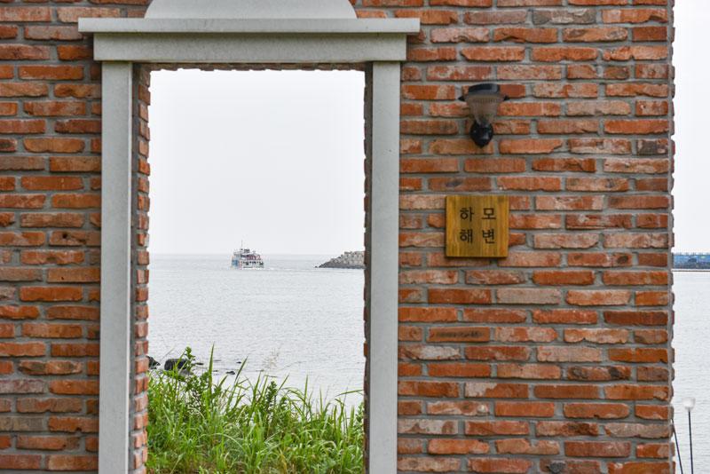하모해변 붉은 벽돌 문 너머로 제주여행을 상상하다