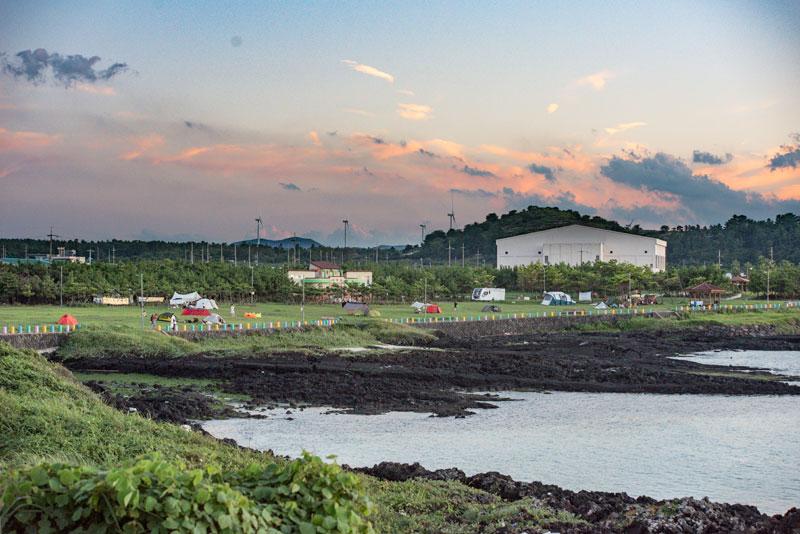 첫 제주 캠핑여행이라면 공항에서 가까운 김녕해수욕장 야영장을 추천한다