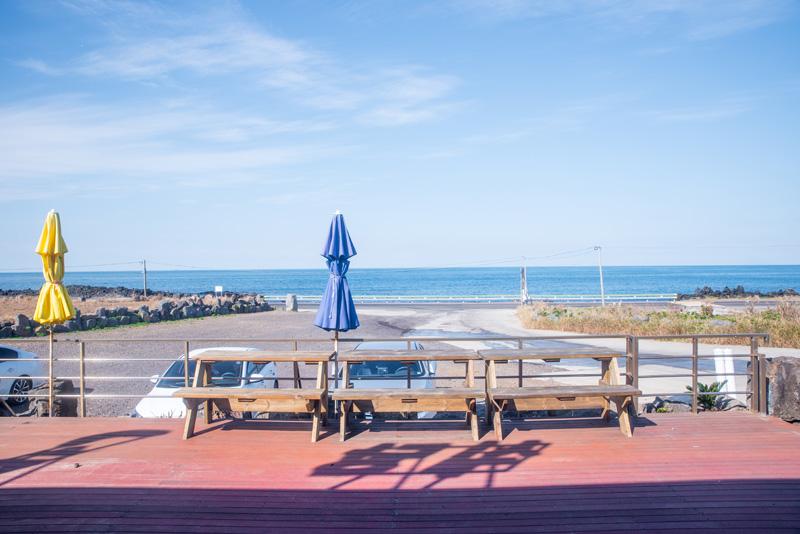 동복리의 파란 바다를 바라보며 맛있는 식사 한 끼