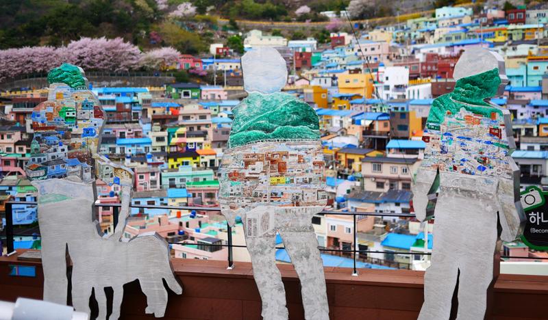 색색의 집들로 계단을 이룬 감천동 문화마을
