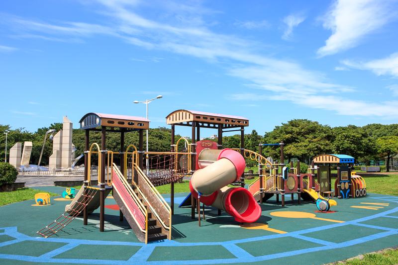 공원 안에 아이들이 놀기 좋은 놀이터가 있다