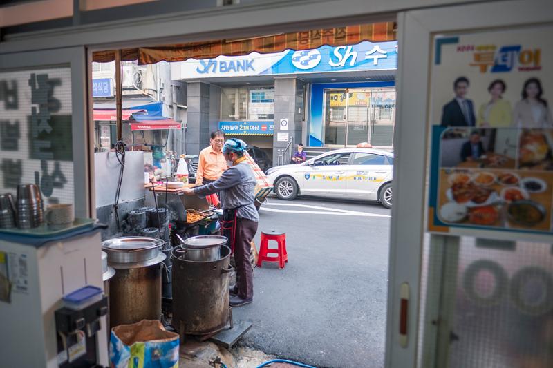자갈치 시장 앞에 고등어 백반집이 여럿 있다. 하루종일 고등어 굽는 냄새가 진동한다