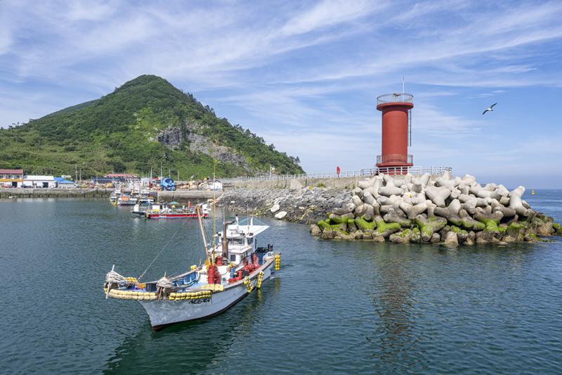 빨간 등대는 섬의 안과 밖을 나누는 상징적 표식이다