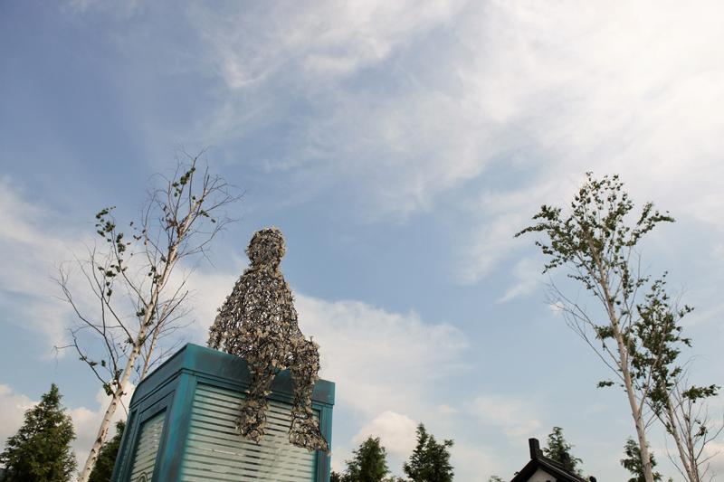 양구 한반도섬의 야외 조각공원. 폐기된 공중전화박스가 예술이 됐다