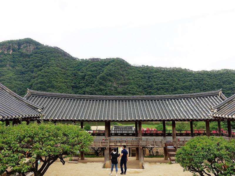병산서원 입교당에서 내려다보면 만대루 지붕과 누마루 사이로 낙동강 물줄기가 비친다