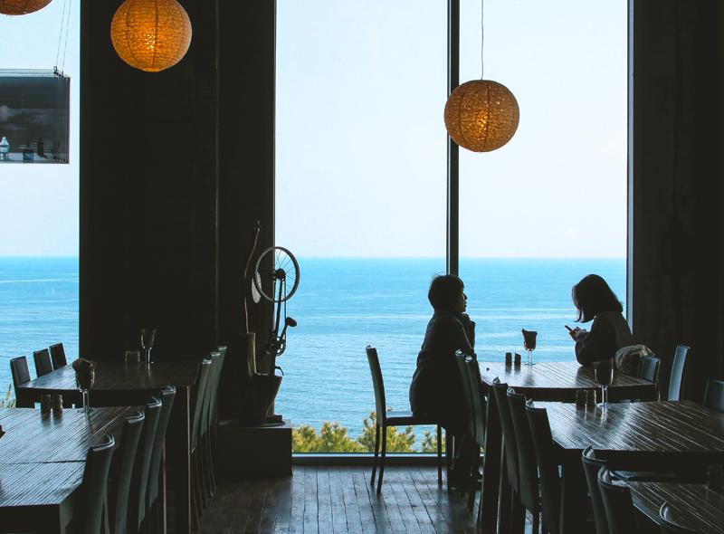 바다를 전망할 수 있는 미술관 안 레스토랑