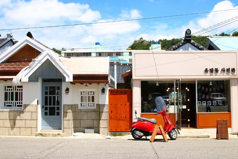 사진관, 카페, 식당으로 모습을 바꾼 근대 문화재 건물이 옛 향수를 불러일으킨다