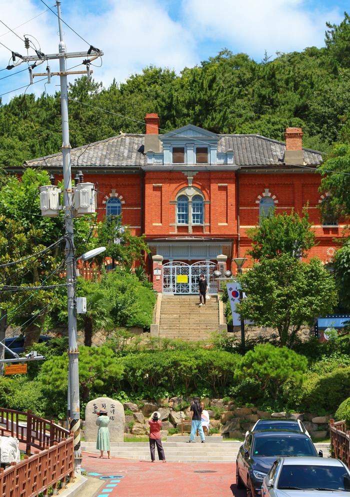 목포 근대역사관 1관. 과거 목포 일본영사관으로 지은 건물이다. 최근에는 '호텔 델루나' 촬영지로 알려져 방문객들의 발걸음이 이어지고 있다