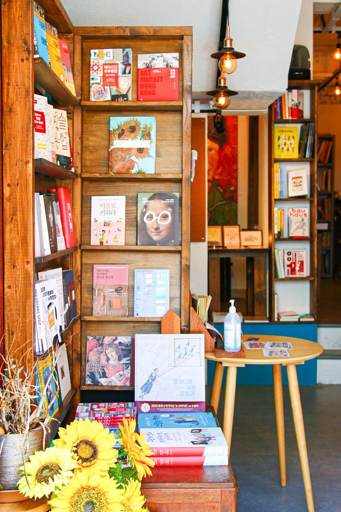 목포의 작은 독립서점 고호의 책방. 예술과 관련된 서적을 주로 판매한다