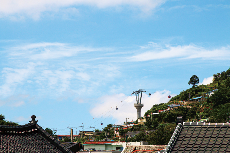 지난해 목포에는 국내 최장의 해상 케이블카가 오픈했다. 근대역사거리에서 바라본 케이블카