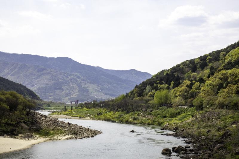 구불구불 자갈밭과 모래톱이 어우러진 섬진강 물길