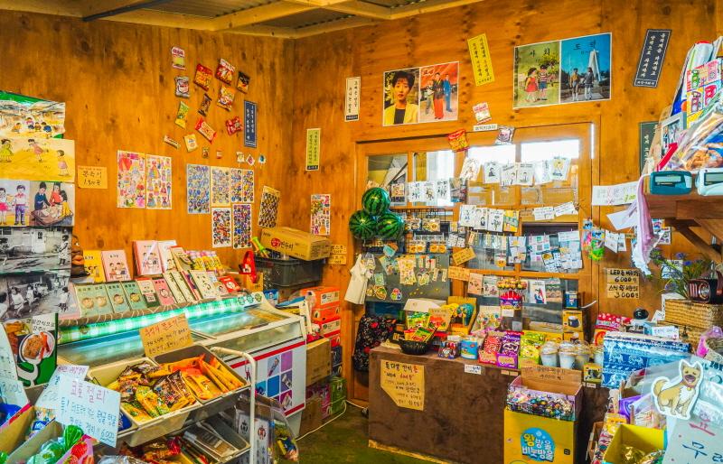 옛날 장난감과 간식들을 판매하는 파머스마켓 안 문방구