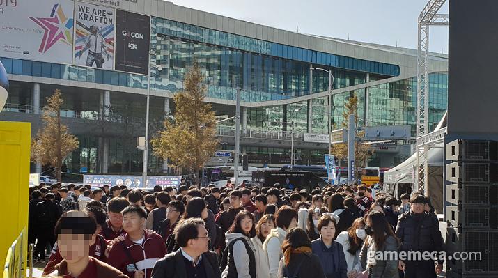 크리에이터 토크쇼를 보기 위해 모인 관람객들 (사진: 게임메카 촬영)