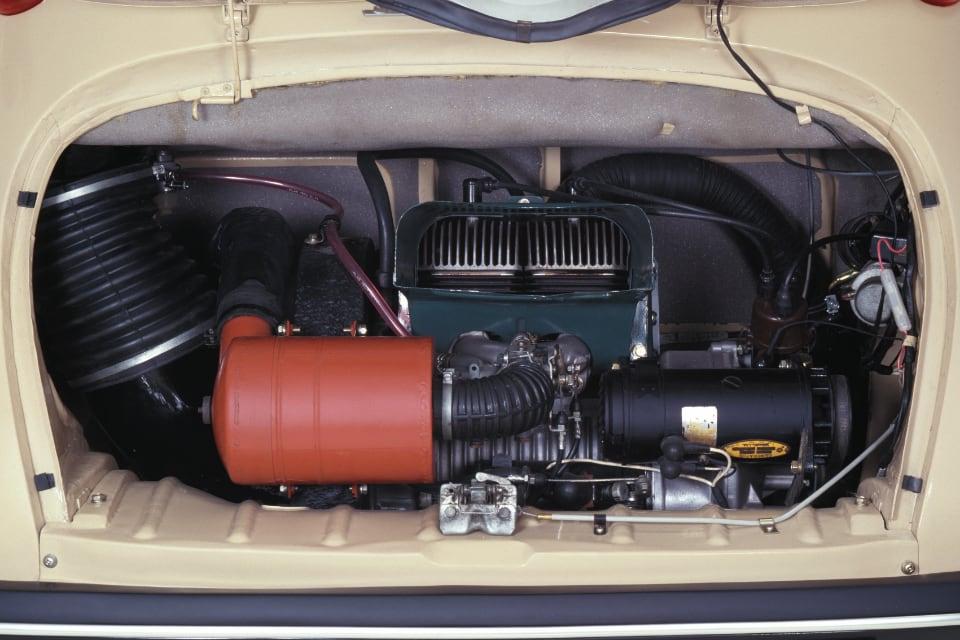 1958년에 나온 스바루의 첫 경차 360의 엔진룸 모습. 공랭식 엔진의 냉각용 핀이 보인다
