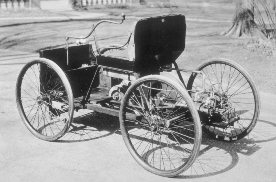헨리 포드는 1896년에 처음 가솔린 엔진 차(사진)를 만들었지만 현재의 포드 모터 컴퍼니는 1903년에 설립된 회사의 혈통을 잇고 있다