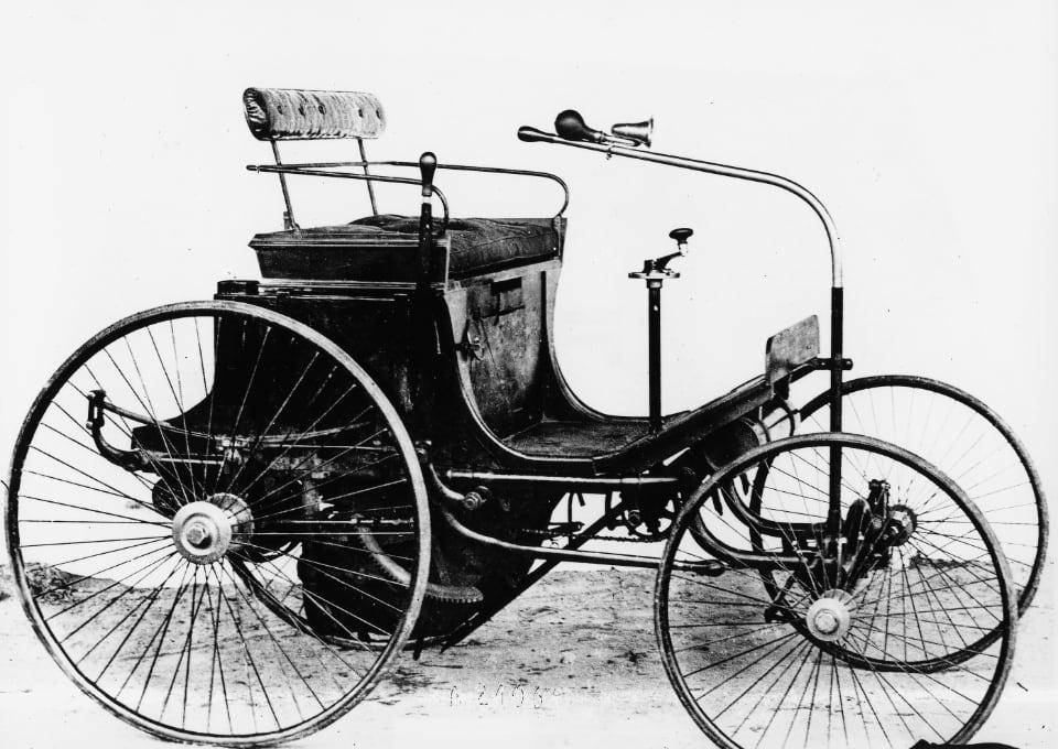 푸조는 1890년에 다임러의 엔진으로 움직이는 첫 내연기관 자동차를 만들었다