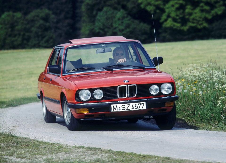 1984년에 출시된 BMW 524td. 승용차용 디젤 엔진 최초로 전자제어 기술이 쓰였다