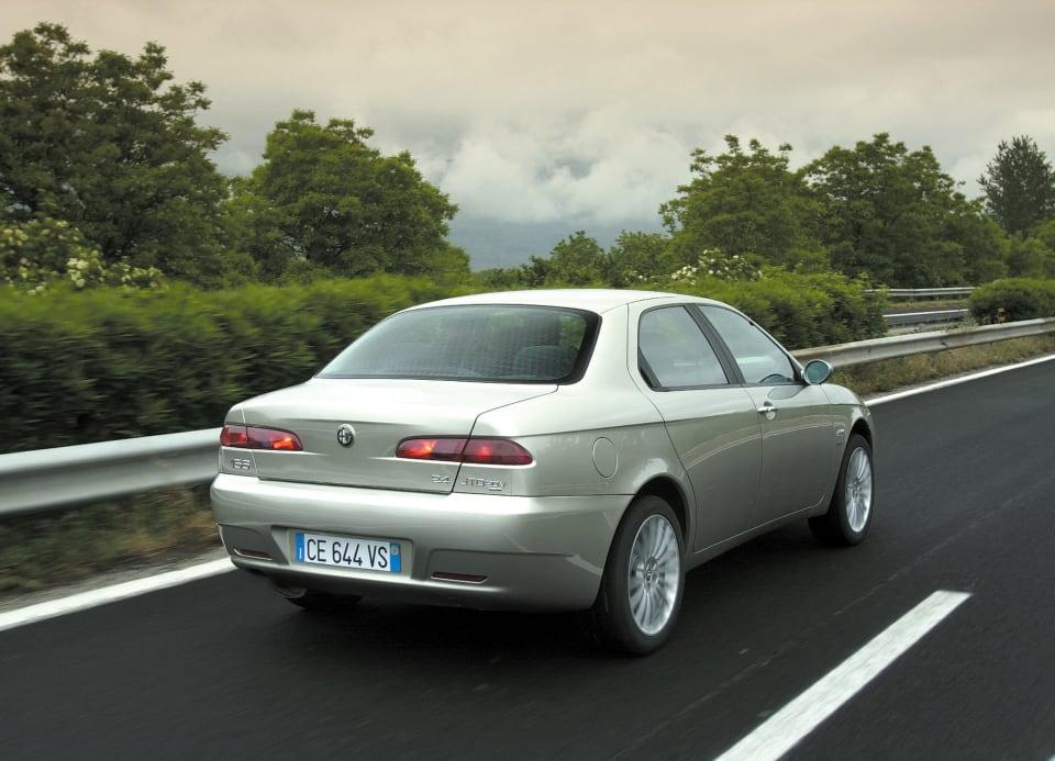 1997년에 처음 커먼레일 기술이 쓰인 디젤 엔진을 얹어 출시된 알파 로메오 156 JTD