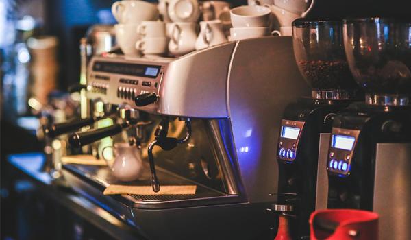 커피 한 잔 생각나는 이 계절