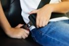 부모님, 어린이 안전장치를 자동차에 들이셔야 합니다.