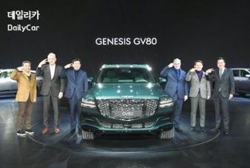 [포토] 제네시스 GV80 출시회서 임원들이 가리킨 '두 줄'의 의미는?