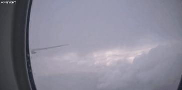 비행기 날개에 번개 맞음