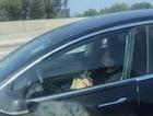 자율주행차에서 숙면 중인 운전자..논란 거세진 이유는...
