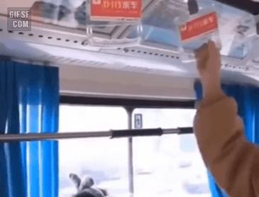 버스에서 핸드폰 보는법