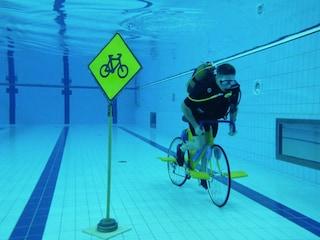수영장에서 자전거 타면 벌금? 자전거에 대한 별난 뉴스 6 [세차니]
