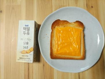 오늘 간식은 식빵에 치즈~