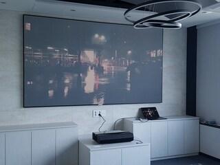 기업 회의실의 레이저 초단초점 4K 프로젝터 옵토마 P1과 그랜드뷰 초단초점  전용 액자스크린 galr 120