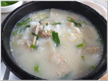 어제 점심때 먹었던 돼지국밥입니다.