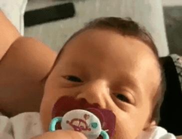 노리개젖꼭지를 뺏긴 아기의 한방