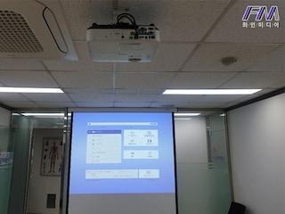 업체 소규모 회의실 엡손 5000안시 EB-2055 빔프로젝터와 국내제조사 윤씨네 전동80인치스크린 구성기