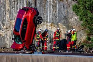 볼보 자동차 10대 30m 높이에서 강제 추락. 가장 극단적인 테스트