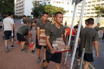 홍콩도로 청소 투입된 중국군… 다음은 시위대 청소가 될 것이라고들 하네요.
