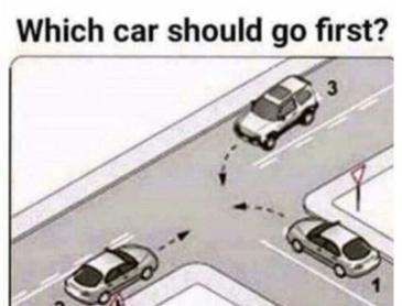 다음 상황에서 우선인 차량은?