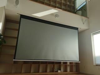 화이트 색상으로 통일한 복층건물 거실 홈시네마 KEF E305 5.1채널 스피커 옵토마 SUHD61 프로젝터