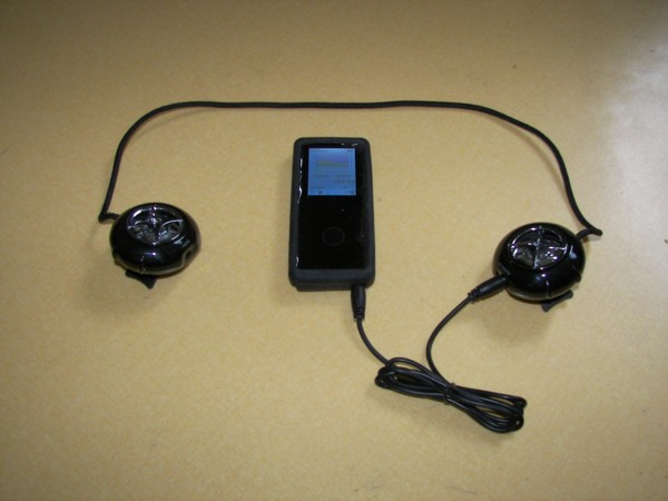 XTUNE 스피커를 MP3에 연결한 모습입니다.