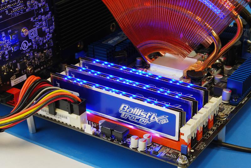BallistixTracer240-pinDIMMwithLEDsDDR3bluekit_3_lights.jpg