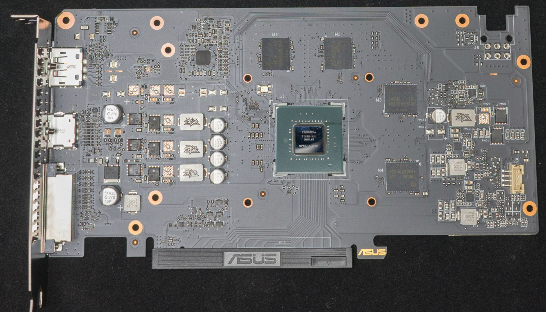 기Œì€ 보급˜•ë‹µê²Œ 비교적 간소•œ 구성을 보입니다 가운데에는 GP107 400 A1 칩이 있으며 ê·¸ 주변을 GDDR5 메모리가 좌측에는 전원부가 배치된 구성입니다