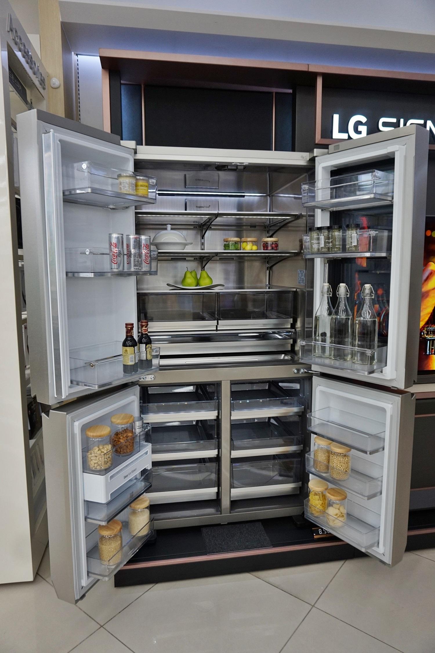 ▲LG 시그니처 냉장고는 내부까지 스테인리스 재질로 제작됐다.