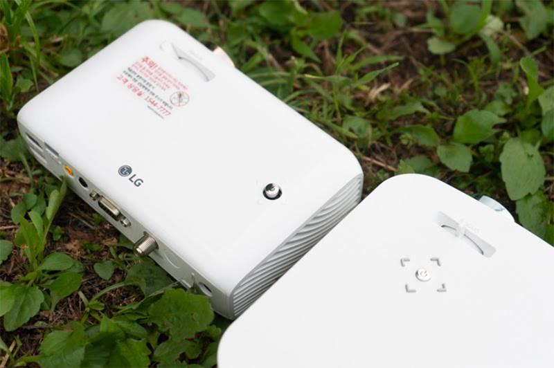 LG시네빔 PH510P(좌)와 PF50KA(우), 두 제품 다 리모컨이 기본 포함되지만 조이스틱 없이도 기본 조작할 수 있다. PH510P는 상단 버튼을 조이스틱 방식으로, PF50KA는 버튼 방식으로 조작한다. 출처=IT동아