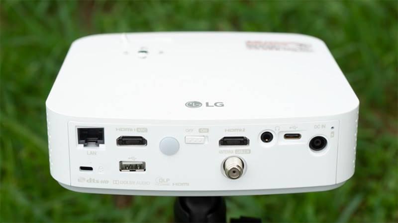 PF50KA의 외부입력 인터페이스, 좌측부터 랜포트, HDMI, USB, 전원, HDMI, 케이블TV, 3.5mm 오디오, USB-C형 단자, 전원 단자, 전원 LED로 구성돼있다. 출처=IT동아