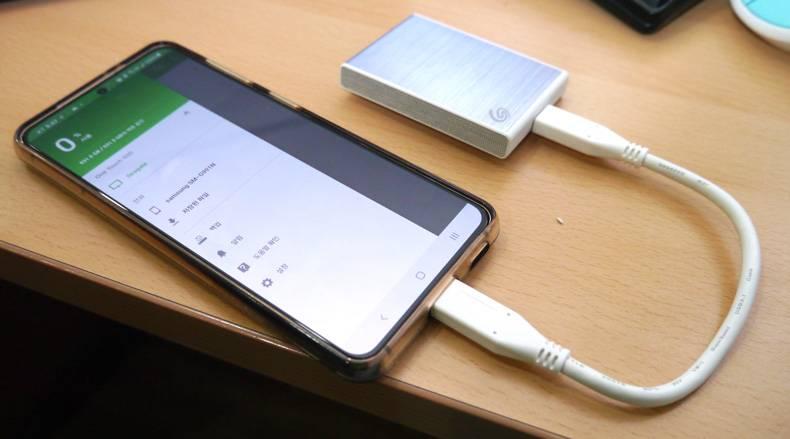 안드로이드 스마트폰과 연결, 전용 앱으로 손쉬운 백업이 가능